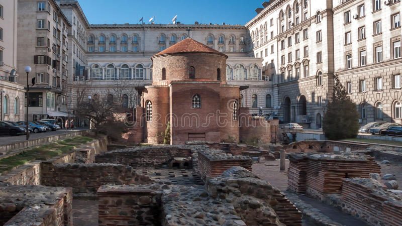 SOFIA BUŁGARIA, GRUDZIEŃ, - 20 2016: 4th wieka St George rotunda za niektóre resztkami Serdica, Sofia obraz stock