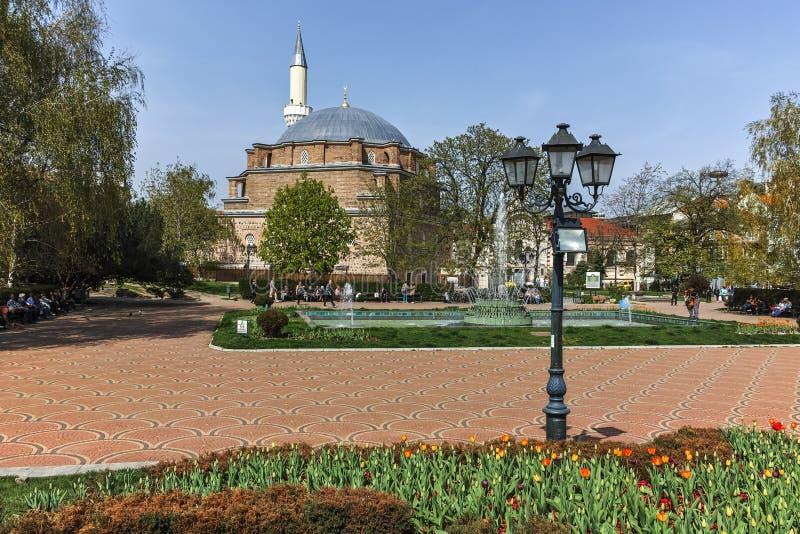 SOFIA BUŁGARIA, KWIECIEŃ, - 13, 2018: Banya Bashi ogródu i meczetu centrali skąpanie w Sofia obraz stock