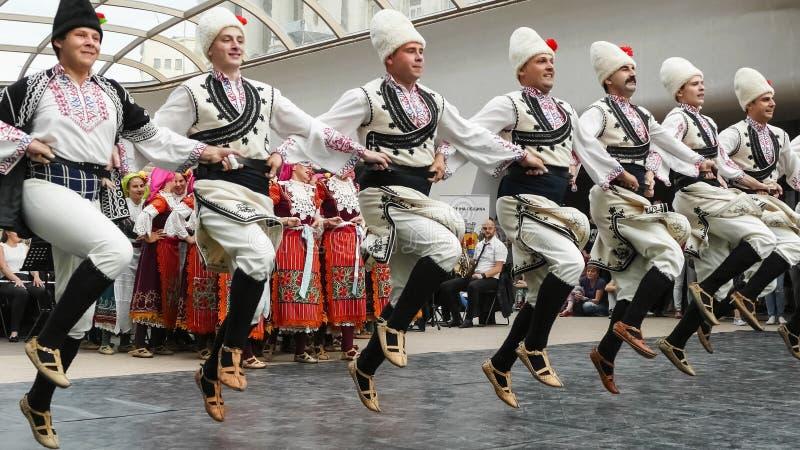 SOFIA BUŁGARIA, MAJ, - 7, 2018: Ludzie w tradycyjnych kostiumach tanczą bulgarian tana horo w Sofia, Bułgaria zdjęcia stock