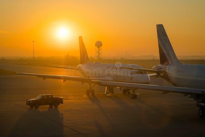 SOFIA BUŁGARIA, Marzec, -, 2019: Indygowi handlowi samoloty i ochrony ciężarówka przy wschód słońca przy lotniskiem gotowym zdejm zdjęcia stock