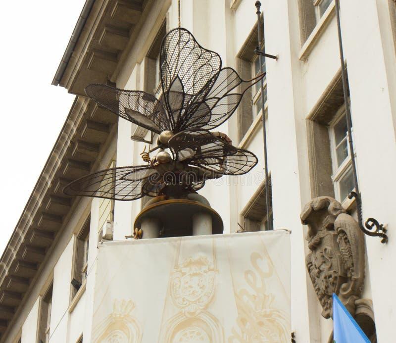 SOFIA BUŁGARIA, PAŹDZIERNIK, - 09, 2017: zabytek dragonfly blisko miejski ligrary, budowa w początku 21 wiek obrazy stock