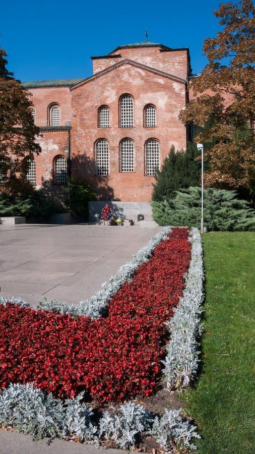 SOFIA BUŁGARIA, PAŹDZIERNIK, - 5, 2018: Zadziwiający widok St Sophia kościół i zabytek Niewiadomy żołnierz w Sofia zdjęcia royalty free