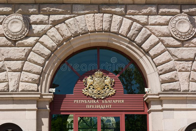 SOFIA, BULGARIA - 1° MAGGIO 2018: Stemma sulla costruzione della presidenza della Repubblica Bulgara a Sofia fotografia stock libera da diritti