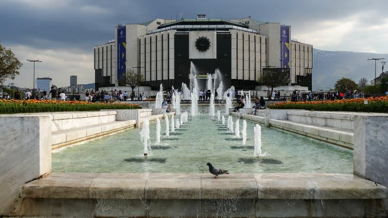 SOFIA, BULGARIA - 14 APRILE 2018: Fontane davanti al palazzo nazionale di cultura, Sofia, Bulgaria fotografia stock