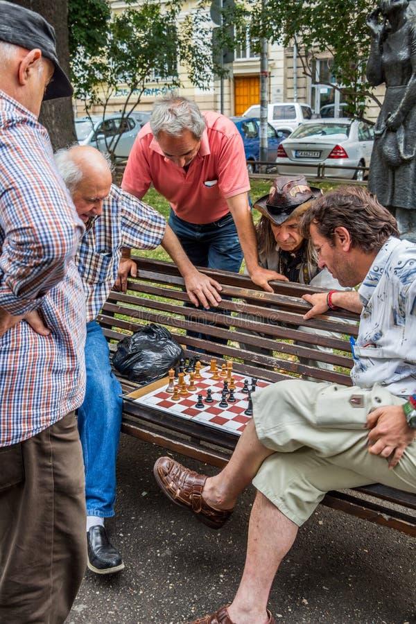 SOFIA, BULGARIA - 15 LUGLIO 2017: Gli uomini non identificati giocano gli scacchi al giardino del teatro nazionale immagini stock libere da diritti