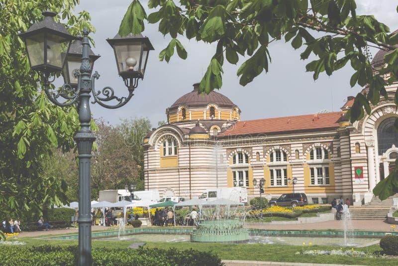 SOFIA BULGARIEN - APRIL 14: Centralt offentligt mineraliskt badhus in arkivbild