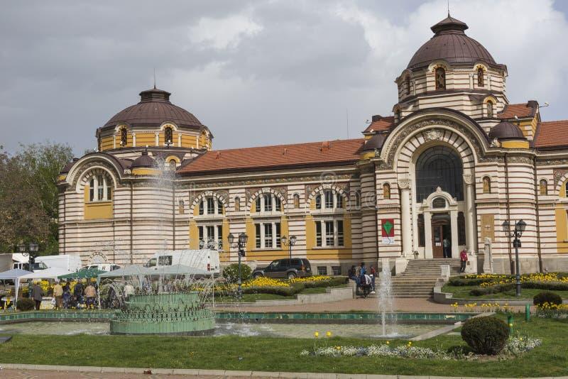 SOFIA BULGARIEN - APRIL 14: Centralt offentligt mineraliskt badhus in royaltyfri bild