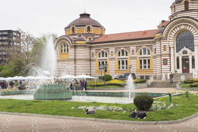 SOFIA BULGARIEN - APRIL 14: Centralt offentligt mineraliskt badhus in fotografering för bildbyråer