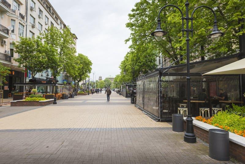 SOFIA BULGARIEN APRIL 14: Gataplats av den i stadens centrum staden av Sofia royaltyfri bild