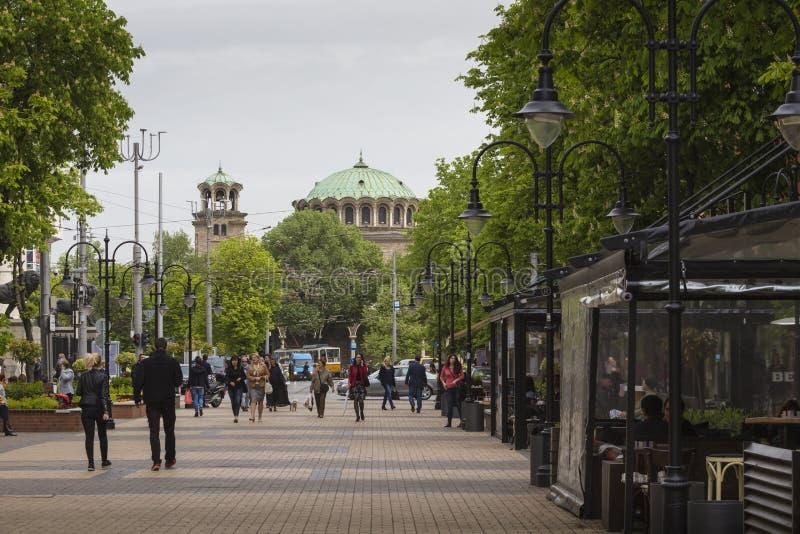 SOFIA BULGARIEN APRIL 14: Gataplats av den i stadens centrum staden av Sofia arkivfoton