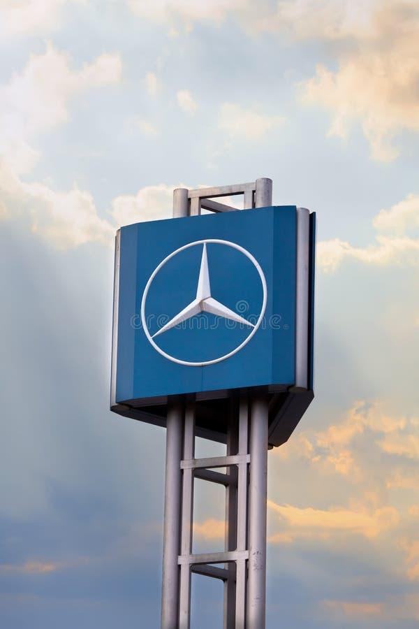 SOFIA, BULGARIEN - 25. APRIL 2017 Mercedes unterzeichnen vorbei den Sonnenunterganghimmel Mercedes-Benz ist ein deutscher Luxusau lizenzfreies stockfoto