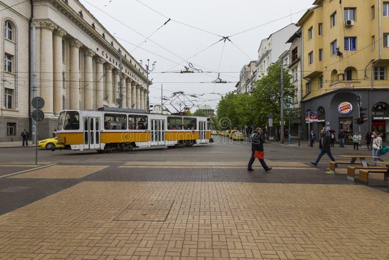 SOFIA BULGARIEN - APRIL 14, 2016: Tranway och gataplats av D arkivfoton