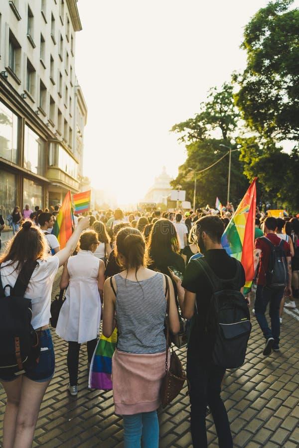 Sofia/Bulgarien - 10 Juni 2019: Det tusentals folket samlade för att fira början av LGBT-hederveckan Deltagare vinkar regnbågen arkivfoton