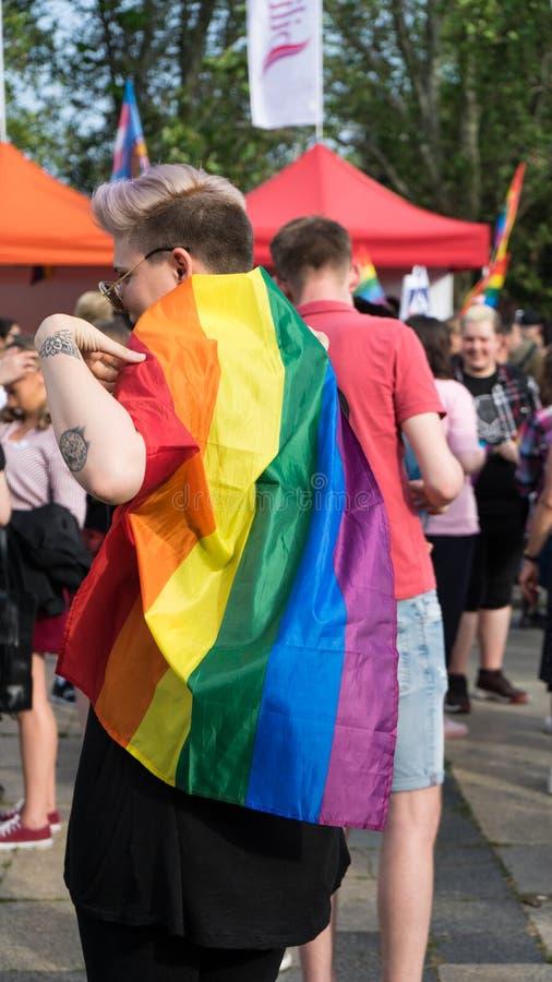 Sofia/Bulgarien - 10 Juni 2019: Flicka med regnbågeflaggan i stolthetfestival Händelsebög och lesbisk kvinnaservice royaltyfria bilder