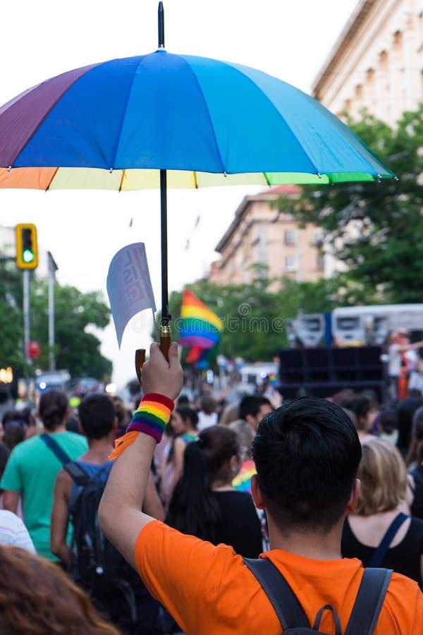 Sofia/Bulgarien - 10 Juni 2019: Grabben med regnbågeparaplyet i bög och lesbisk kvinna ståtar i Sofia Marsservice LGBT royaltyfri foto