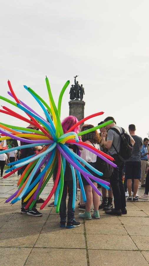 Sofia/Bulgarien - 10 Juni 2019: Grupp människor i en festival med regnbågeballonger Konsert för service LGBT i Sofia, Bulgarien arkivbild