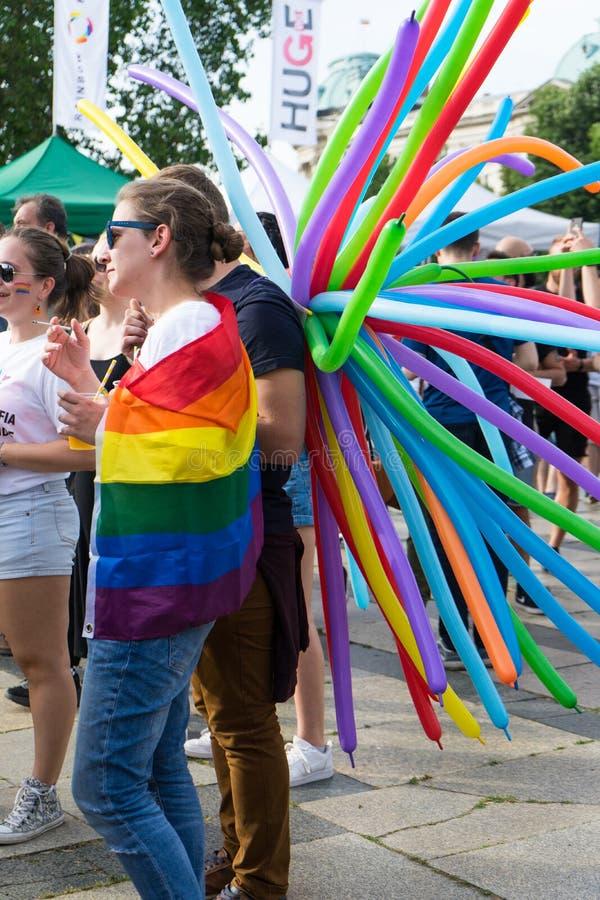 Sofia/Bulgarien - 10 Juni 2019: Grupp människor i en festival med regnbågeballonger Konsert för service LGBT i Sofia, Bulgarien royaltyfri foto