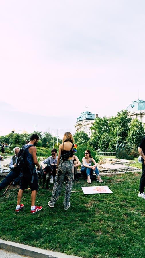 Sofia/Bulgarien - 10 Juni 2019: Grupp människor i LGBT-festival i Sofia Ungdomarvila som sitter i golvet med royaltyfri foto