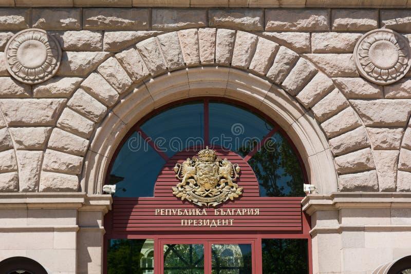 SOFIA BULGARIEN - MAJ 1, 2018: Vapensköld på byggnaden av presidentsämbetet av Republiken Bulgarien i Sofia royaltyfri foto