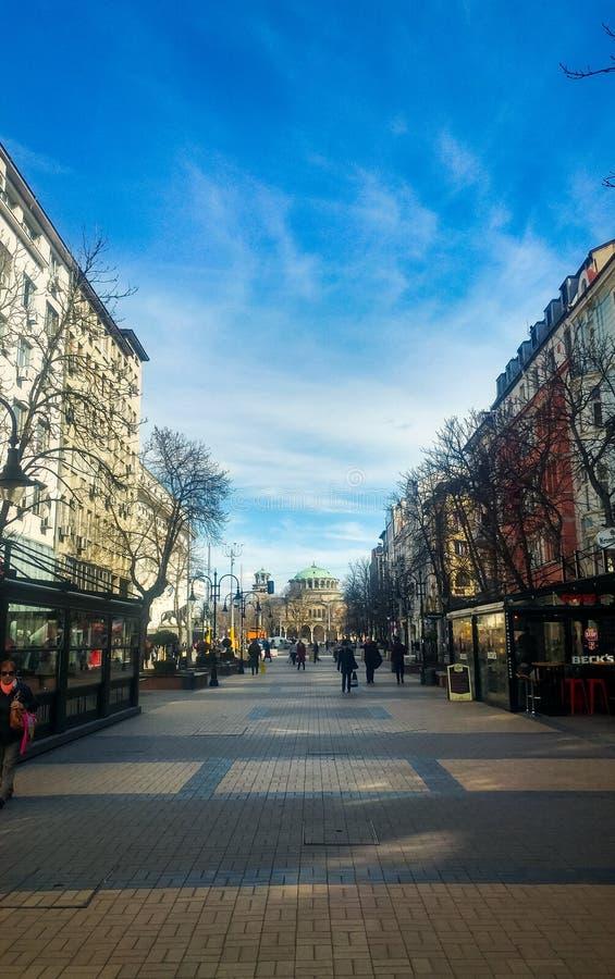 Sofia Bulgarien - mars 11, 2019: Sofia fot- gå gata på en solig dag fotografering för bildbyråer