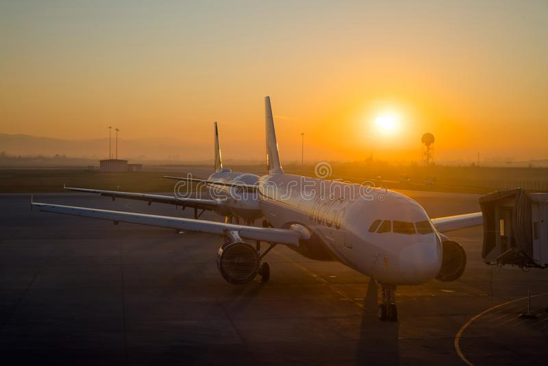 SOFIA BULGARIEN - mars, 2019: Indigoblå kommersiella flygplan på soluppgång på flygplatsen som är klar att ta av Plana flygfördrö arkivbild