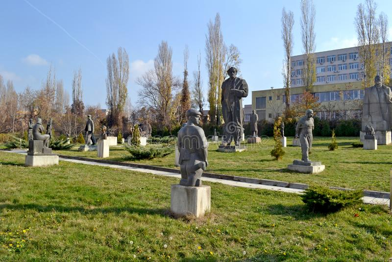 Sofia/Bulgarien - November 2017: Statyer i museet av socialistisk konst som täcker historien av den kommunistiska eran i Bulgarie arkivbilder