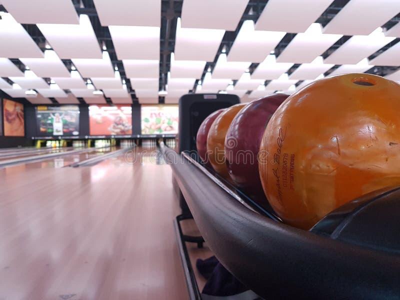 SOFIA BULGARIEN, 12 2018 - sikt av flera bollar på en tom bowlingbana arkivfoton