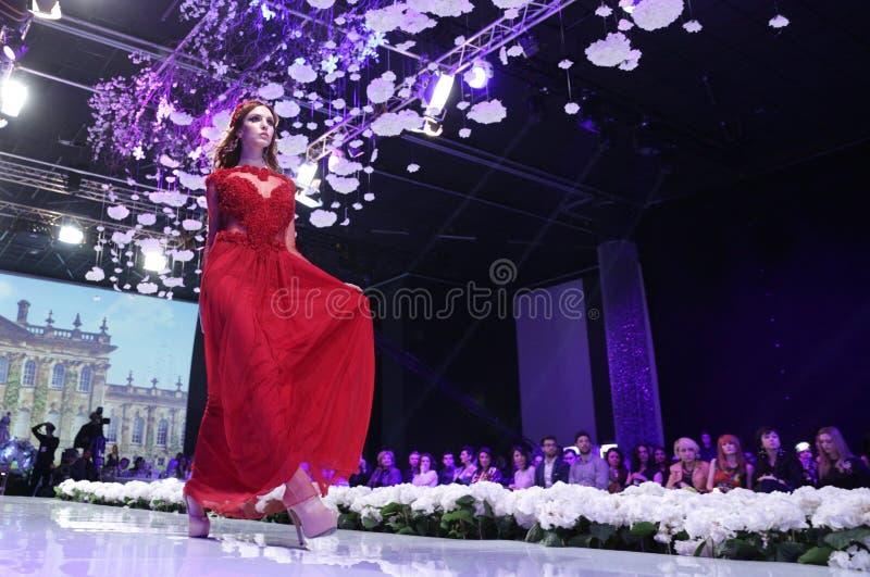 Sofia Fashion Week röd klänning royaltyfri fotografi