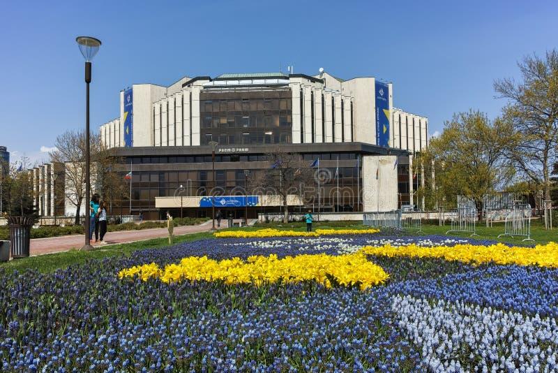 SOFIA, la BULGARIA - 14 aprile, giardino floreale 20F e palazzo nazionale di cultura a Sofia fotografia stock