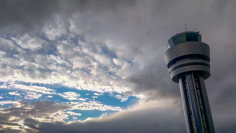 Sofia lotniskowa wieża kontrolna przy chmurnym niebem zdjęcia stock