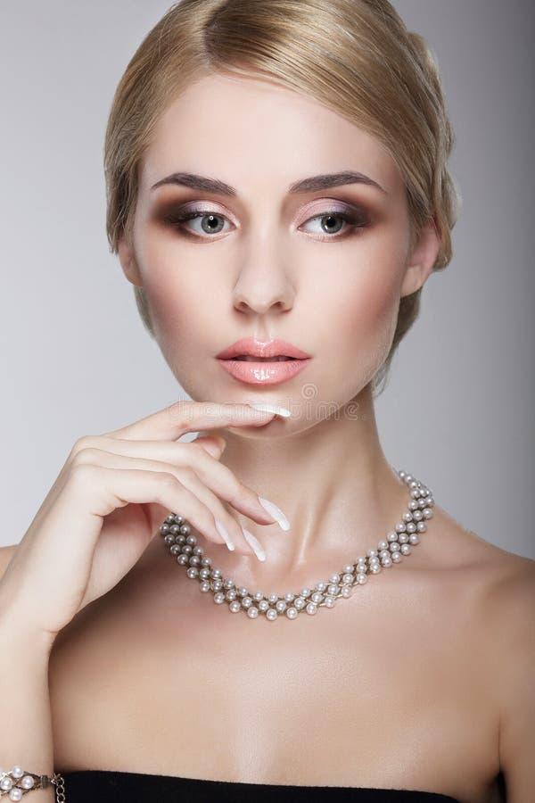 Sofistikerad aristokratisk flott dam med den pärl- halsbandet royaltyfri foto