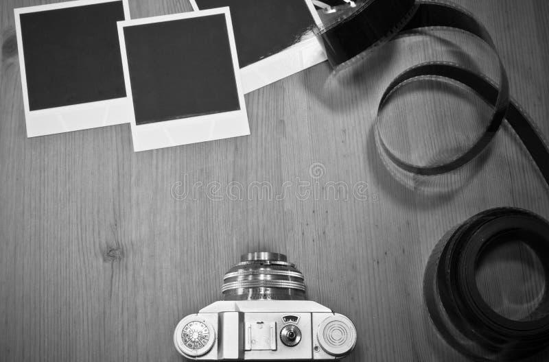 Sofortige Fotorahmen des nostalgischen Konzeptfreien raumes auf hölzernem Hintergrund mit alter Retro- Weinlesekamera mit Filmstr lizenzfreies stockbild