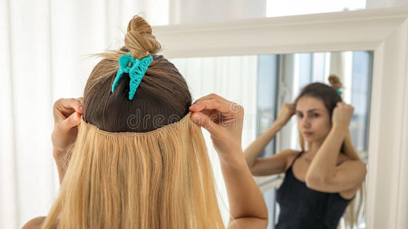 Sofortige Haarerweiterungen auf Haarnadeln f?r Volumen und Verl?ngerung Helle Blondine lizenzfreie stockbilder