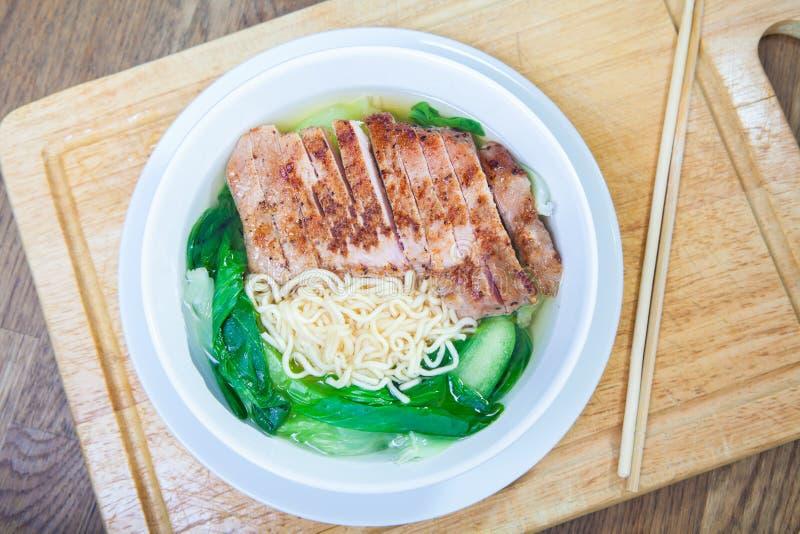 Sofortige Nudeln mit gebratenem Schweinefleisch-Kotelett mit Pak Choy oder Chinesen stockbilder