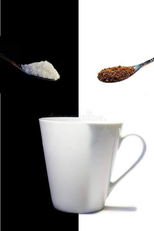 Sofortiger Kaffee, Zucker und ein weißes Cup stockfotos
