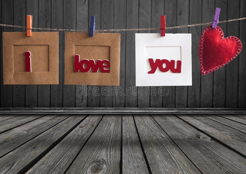 """Sofortiges Foto, das ich liebe dich an der Wäscheleine mit Wörtern """"hängt lizenzfreies stockfoto"""