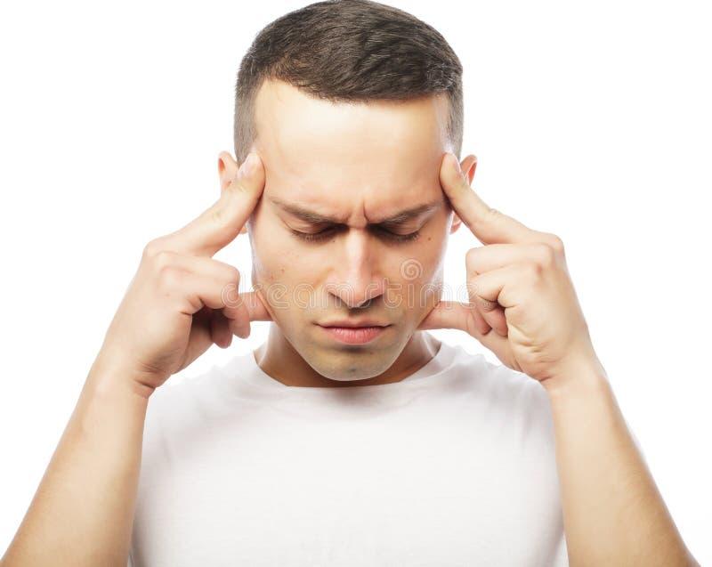 Sofrimento atrativo do homem novo da dor de cabeça forte imagens de stock