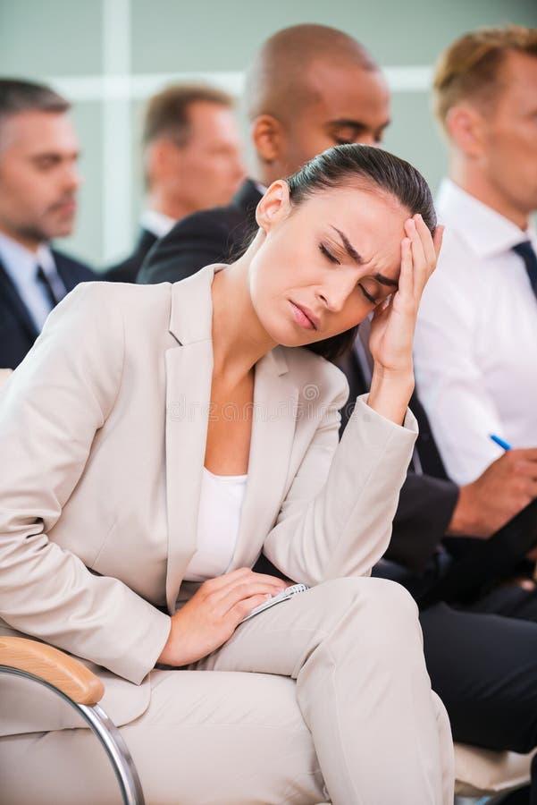 Sofrimento da dor de cabeça terrível imagens de stock