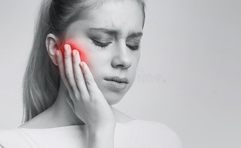 Sofrimento da jovem mulher da dor de dente, cárie fotos de stock