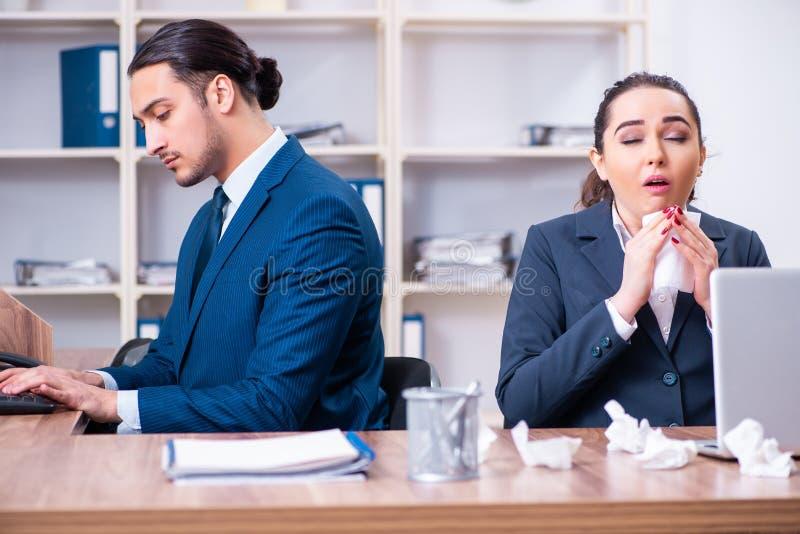 Sofrimento de dois empregados no local de trabalho fotos de stock