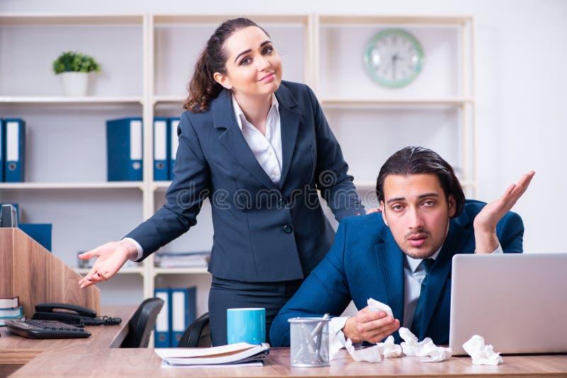 Sofrimento de dois empregados no local de trabalho imagem de stock royalty free