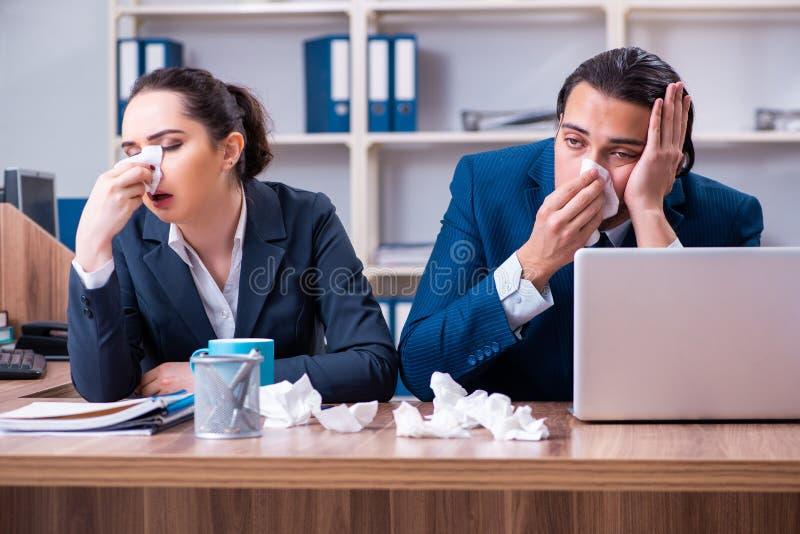 Sofrimento de dois empregados no local de trabalho imagens de stock royalty free