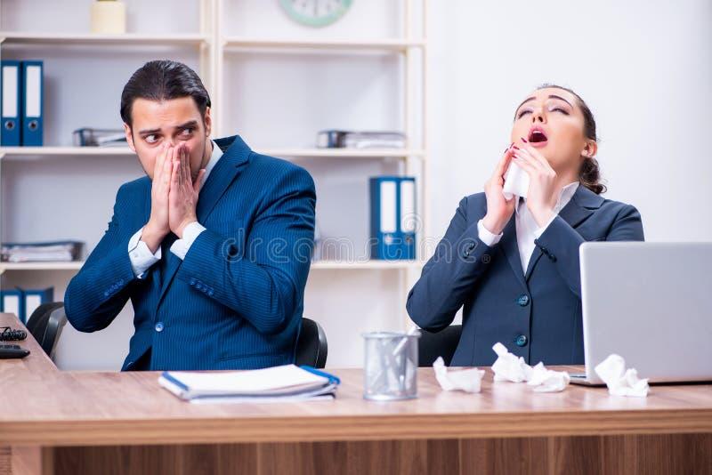Sofrimento de dois empregados no local de trabalho imagens de stock