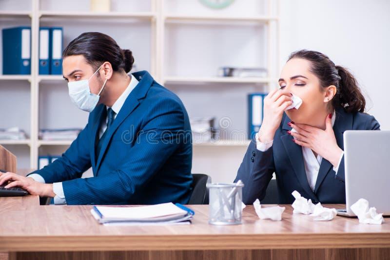 Sofrimento de dois empregados no local de trabalho fotografia de stock royalty free