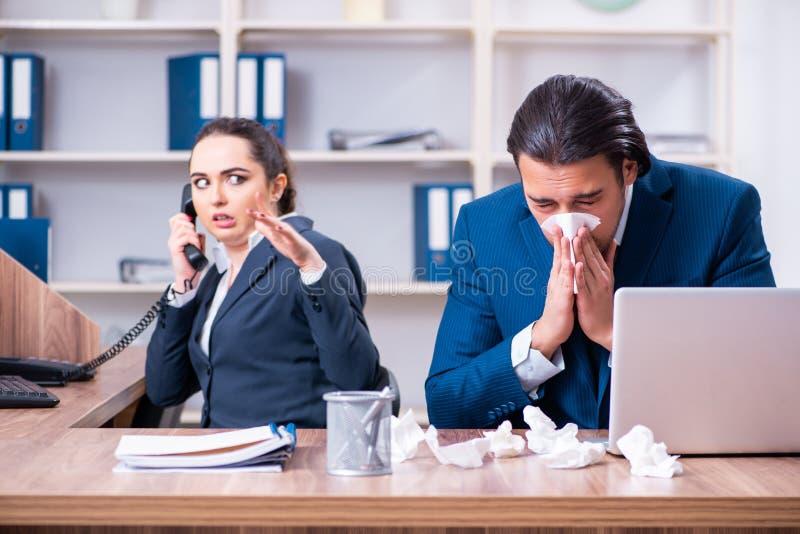 Sofrimento de dois empregados no local de trabalho foto de stock royalty free
