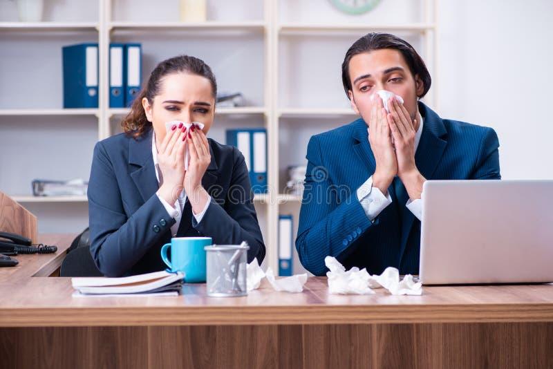 Sofrimento de dois empregados no local de trabalho imagem de stock