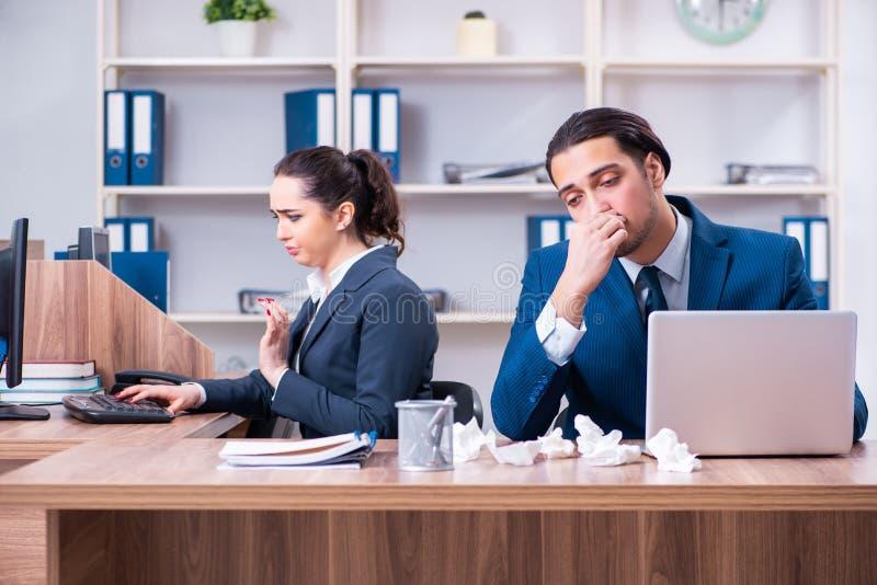 Sofrimento de dois empregados no local de trabalho fotos de stock royalty free