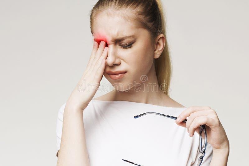 Sofrimento de grito da mulher da dor de olho forte fotografia de stock