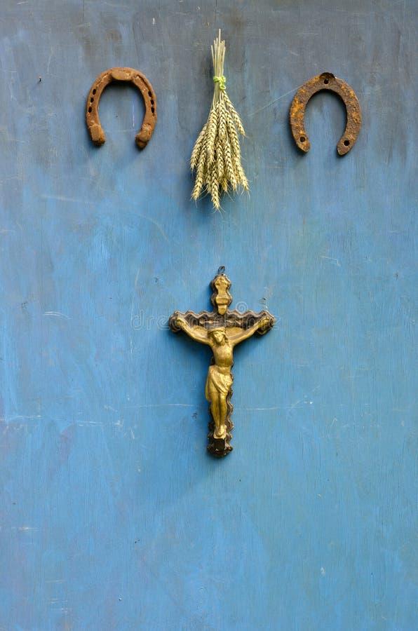 Sofrimento de Jesus Christ, da ferradura oxidada e do grupo das orelhas do trigo na parede foto de stock royalty free