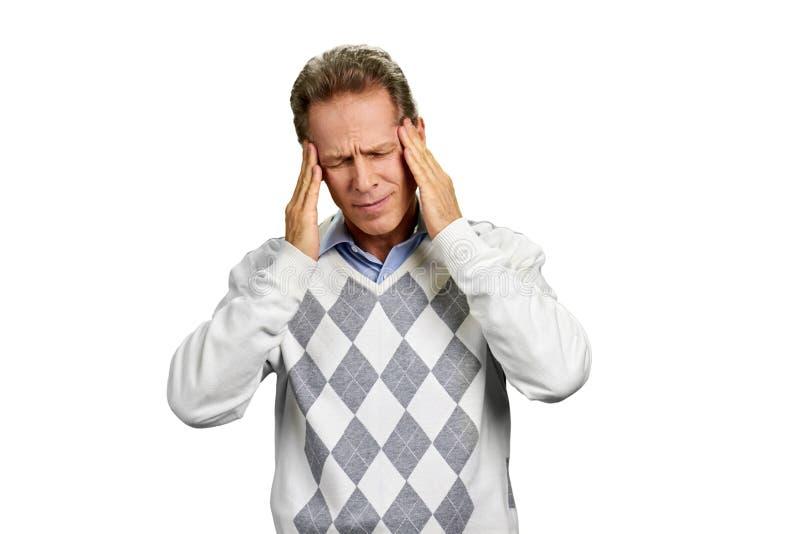 Sofrimento de meia idade do homem da dor de cabeça terrível fotos de stock